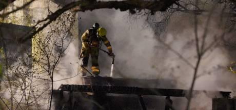 Felle brand verwoest schuur in tuin in Nijmegen