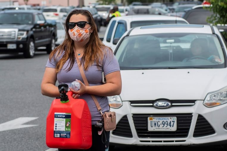 Vanwege de hack slaan Amerikanen aan de oostkust van het land massaal benzine in. Beeld REUTERS