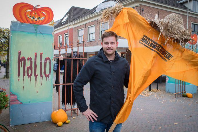 HalloWieje bij de ingang van Wijhe zit Peter Locate zit verstopt in griezelpak, Sander Schutte op de voorgrond.
