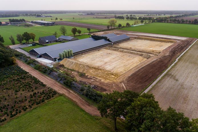 Links de stal die eerder werd gebouwd, maar die op 11 punten van de vergunning afweek. Op het vlak rechts komt de nieuwe stal voor 10.000 varkens.