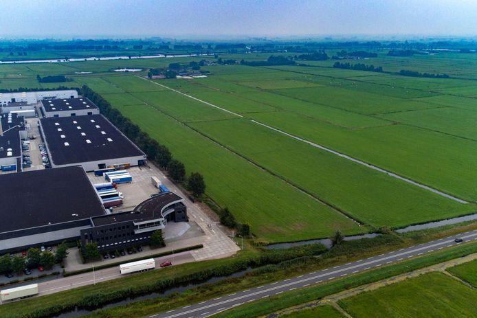 Uitbreiding van industrieterrein Zevenhont Zuid is gepland op de weilanden langs de Nieuwe Weg (onder) richting de dijk Cellemuiden en het Zwarte Water (boven) met links  de bestaande bedrijfsgebouwen.