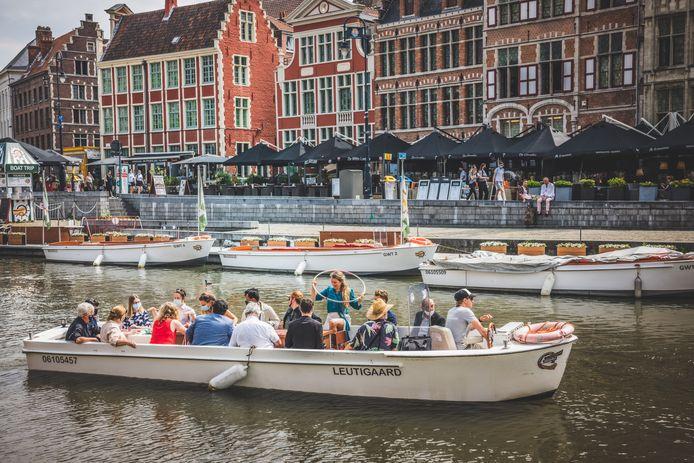 Themarondvaarten met de bootjes tijdens de officieuze Gentse Feesten.