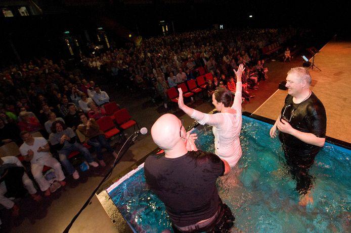 Leden van Mozaïek worden gedoopt. Deze foto is gemaakt in 2018, voor de uitbraak van de coronacrisis.