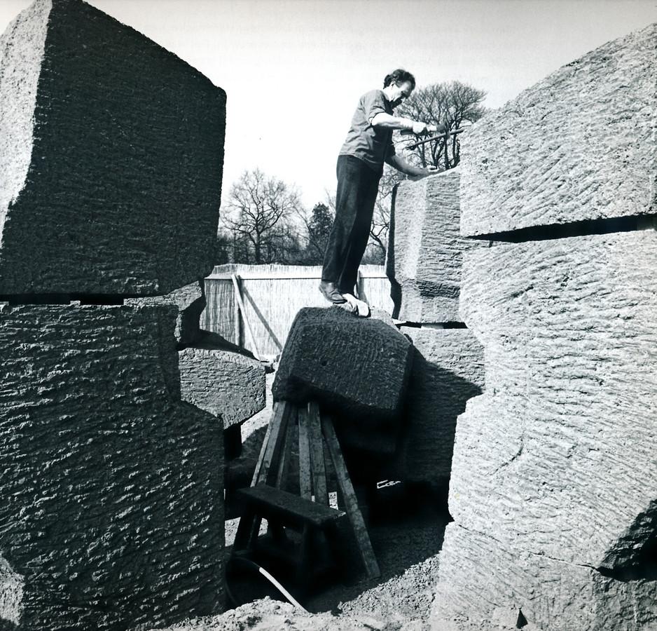 Piet Slegers in 1968 bij het maken van zijn kunstwerk Bron.