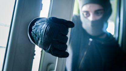 Inbreker komt klem te zitten in raam en belt zelf de hulpdiensten