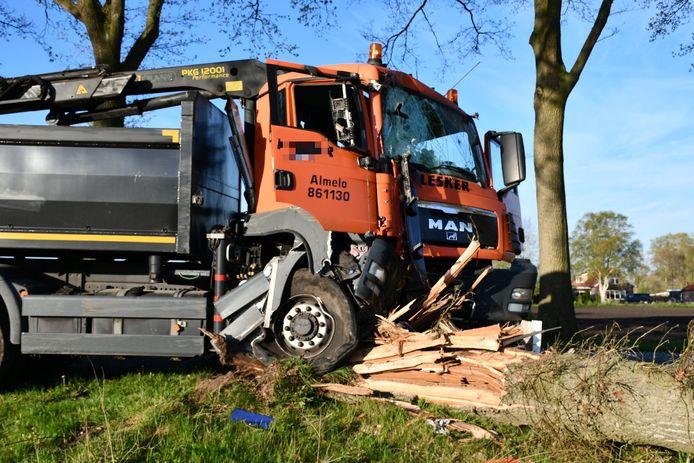 Een vrachtwagen heeft zondagochtend een boom geramd bij Vriezenveen. De schade is groot, de boom is volledig afgeknapt.