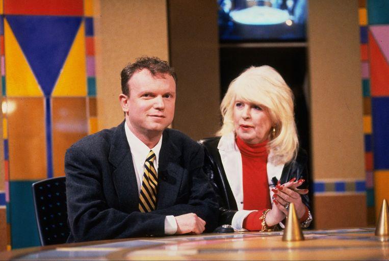 1996: Santegoeds als hoofdredacteur Story met toenmalig Privé-collega Hummie van Tonnekreekin de honderdste aflevering van Triviant. Beeld ANP