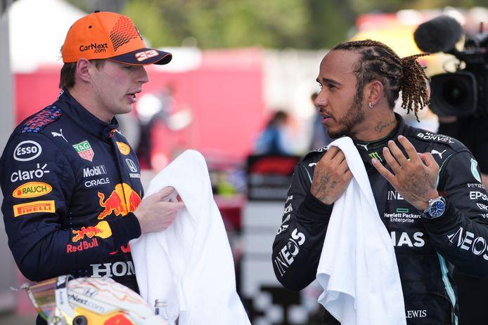 Verbaasde blik bij Hamilton bij de uitleg van Verstappen.