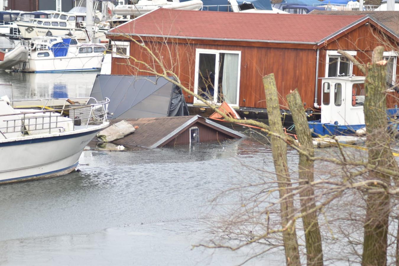 De vakantiewoning is bijna helemaal in het water gezonken, in jachthaven De Biland in Tolkamer.