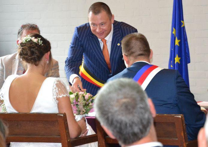 Burgemeester Peter Reekmans bij een trouw.