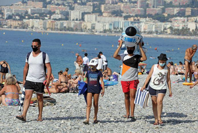 Toeristen op het strand in Nice.