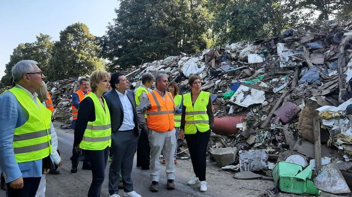 Céline Tellier a visité, ce vendredi 3 septembre, l'impressionnant dépôt de déchets de l'autoroute A601.