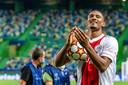 Sébastien Haller dankt het Ajax-publiek in Lissabon.