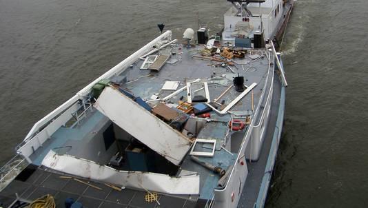 Binnenvaartschip Maria Valentine na de aanvaring op weg naar de werf.