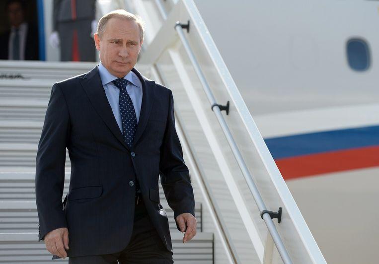 Vladimir Poetin stapt uit zijn vliegtuig. Beeld afp
