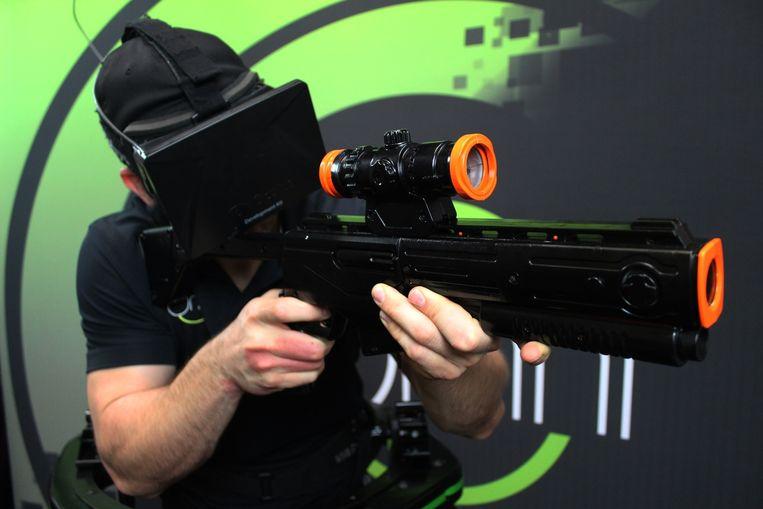 De gamebeelden worden geprojecteerd op het virtual reality-vizier dat de gamer op zijn hoofd draagt. Beeld Virtuix