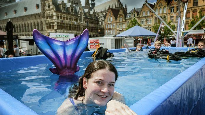 Tjessa Bondue van de duikclub scoorde veel aandacht bij de jonge meisjes dankzij haar zeemeerminnenstaart.