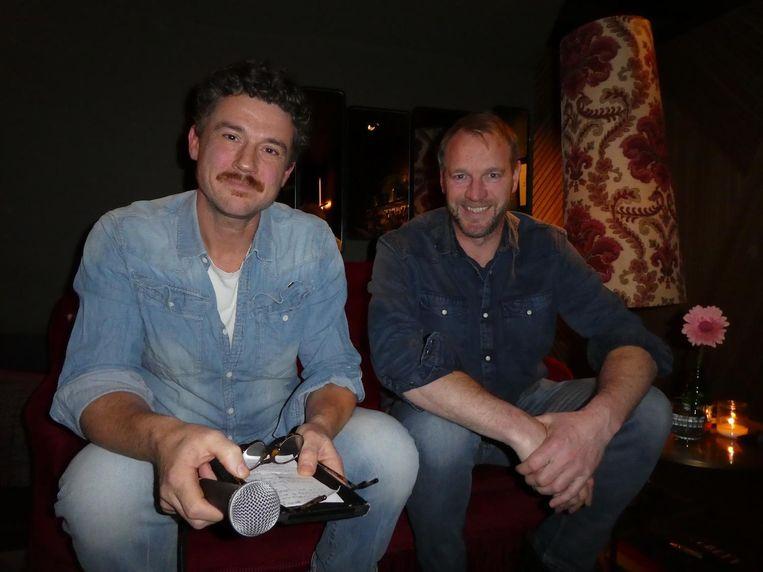 De presentatoren Gilles van der Loo en Jan van Mersbergen. 'Het is een krap bankje.' Voor drie zeker, mannen. Beeld Hans van der Beek