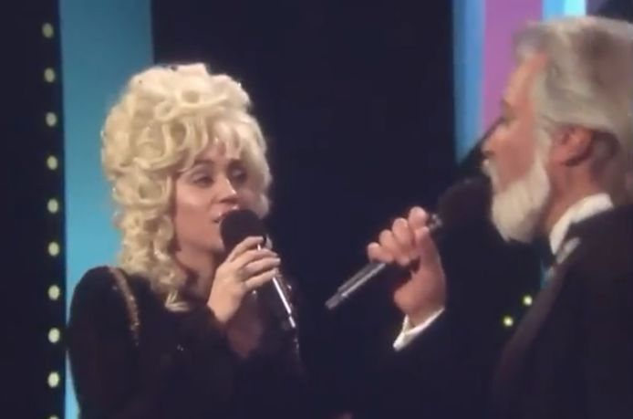 La chanteuse a imité sa tante Dolly Parton pour son anniversaire.