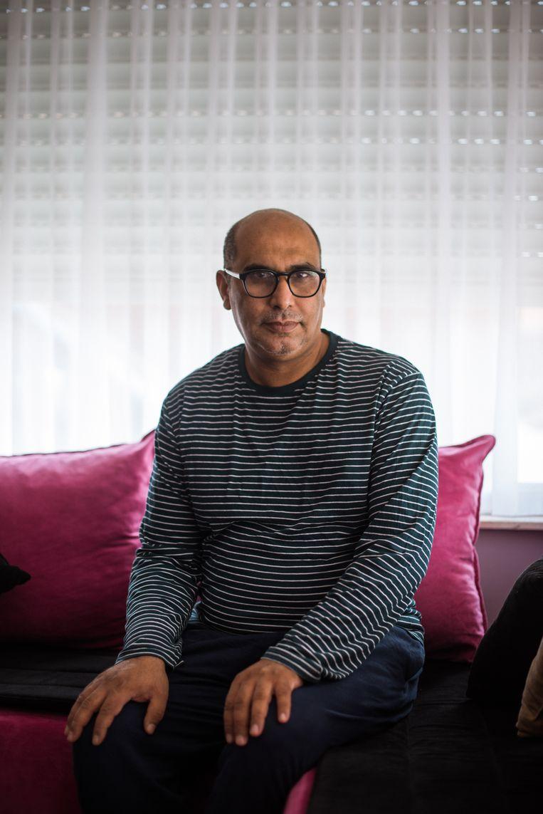 Mostafa El Ghazouani (43) uit Ingelmunster koos ervoor om zijn vaccinatie uit te stellen tot na de zomervakantie zodat hij met zijn drie dochters naar Marokko kon reizen. Beeld Wouter Maeckelberghe
