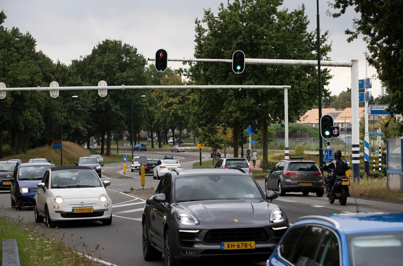 Doordat Nuenen groeit, krijgt het meer verkeer te verwerken, zoals hier op de Smits van Oyenlaan.