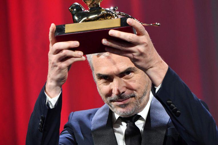 Alfonso Cuarón met zijn Gouden Leeuw. Beeld AFP