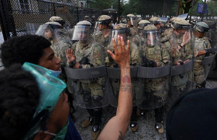Demonstranten en militairen staan even tegenover elkaar in juni 2020 in Washington, tijdens een protestactie na de dood van George Floyd. Beeld REUTERS