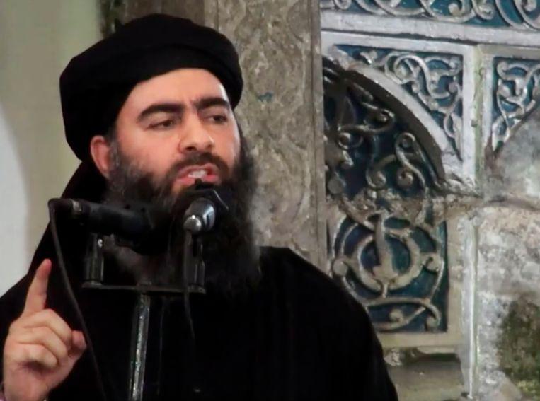 De leider van Islamitische Staat, Abu Bakr al-Baghdadi, houdt een preek in een Iraakse moskee, in juli 2014. Woensdag liet hij voor het eerst in een jaar weer van zich horen.  Beeld AP