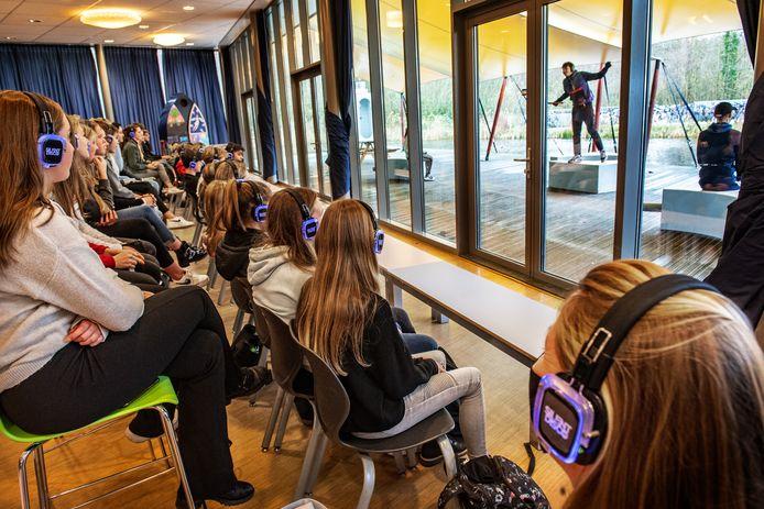De ramen van de school fungeren als één groot spatscherm.