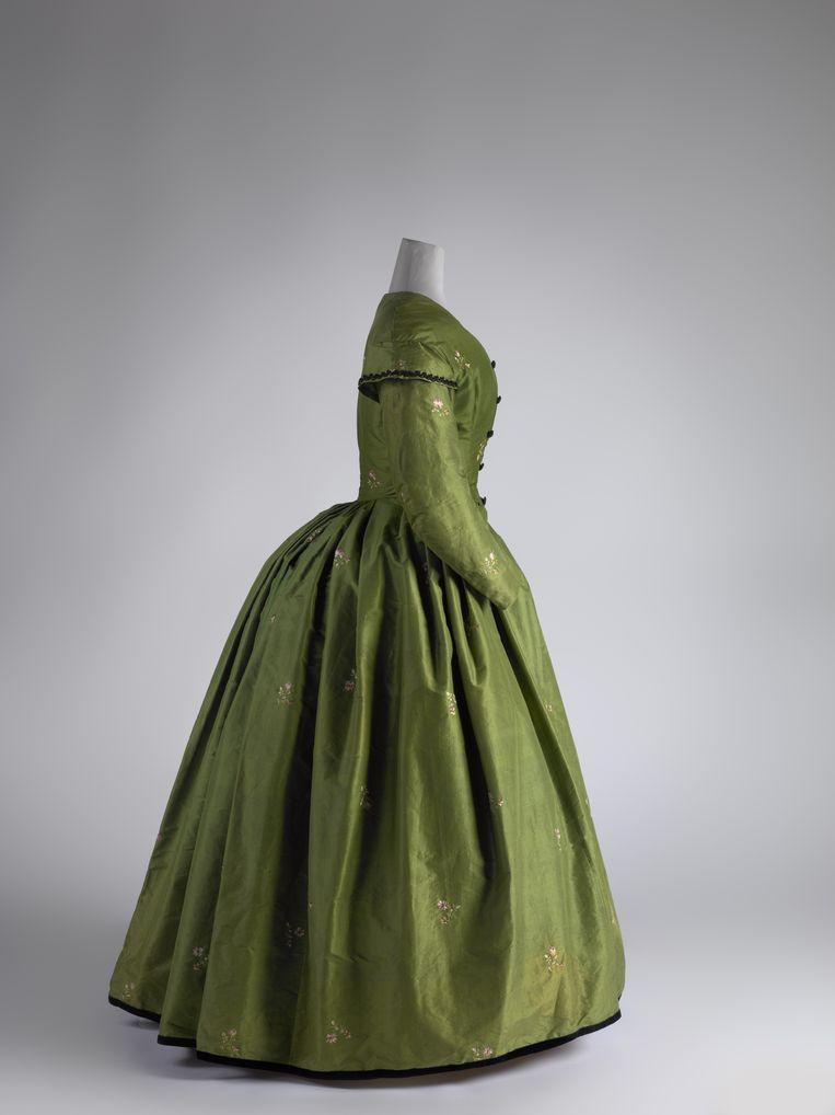Groene japon van Wilhelmina Jacoba Holleman-van Hoven, 1865-1875 (vermaakt uit ouder model 1830-1840), zijde.  Beeld Erik & Petra Hesmerg