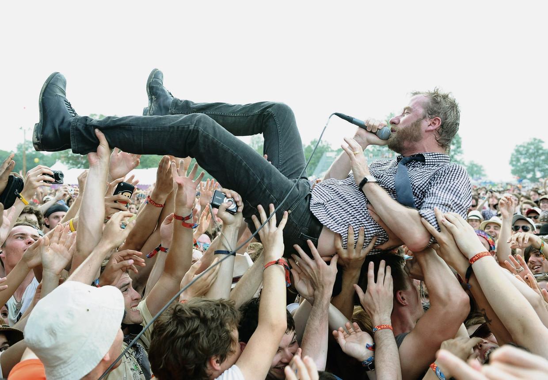 The National-frontman Matt Berninger duikt het publiek in tijdens een concert op Bonnaroo in Manchester, Tennessee, juni 2010. Beeld FilmMagic