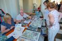 Auteurs signeren hun strips tijdens het Stripfestival in Jette.
