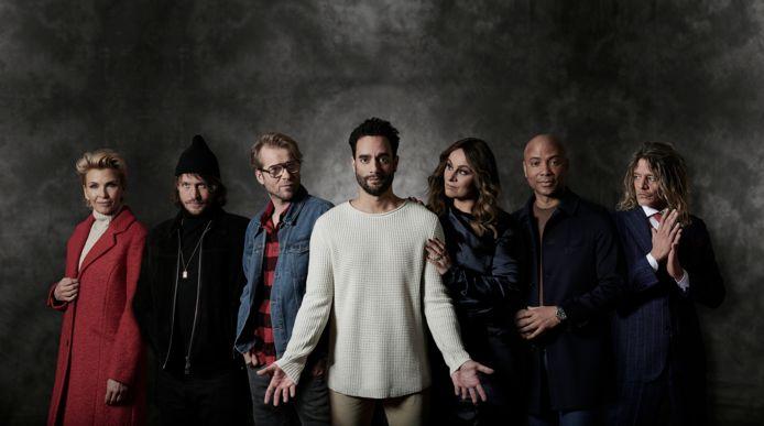 Freek Bartels (midden), Trijntje Oosterhuis (derde van rechts)  en de rest van de cast van The Passion 2021.