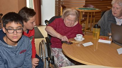 Tweedejaars VTI quizzen digitaal met senioren
