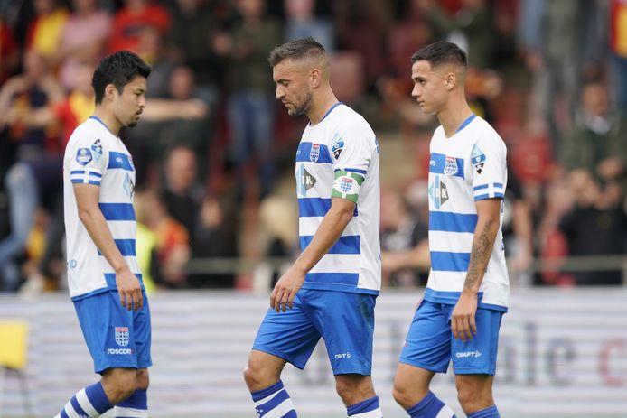 Yuta Nakayama, Bram van Polen en  Eliano Reijnders treuren na de nederlaag tegen Go Ahead Eagles.