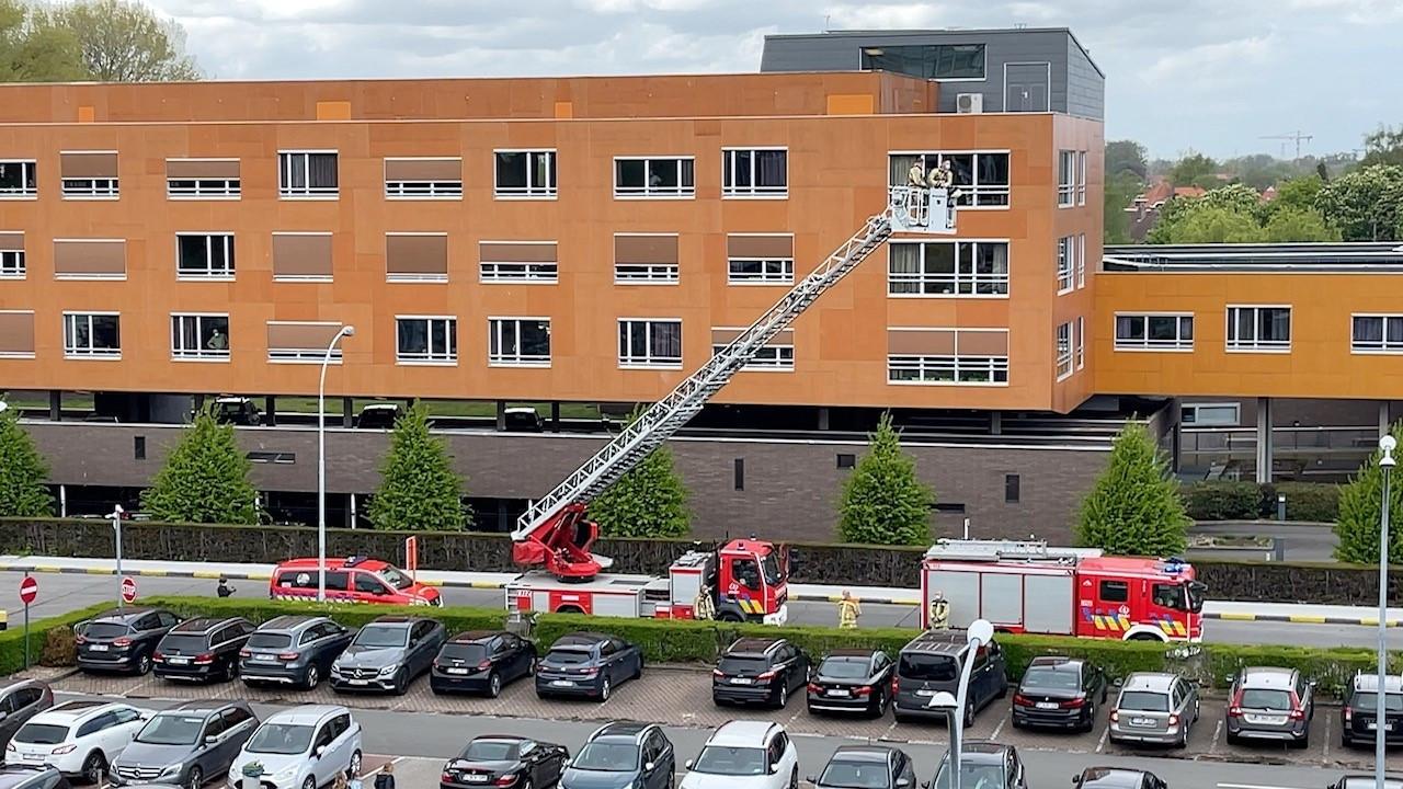 De brandweer zette het verplegend personeel in de bloemetjes.