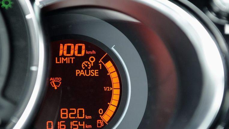 De cruise control van een auto geeft 100 kilometer per uur aan. Beeld anp