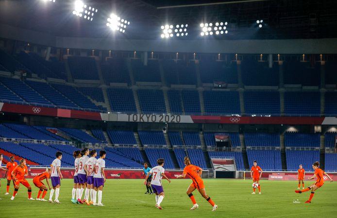De Nederlandse Leeuwinnen tegen het Chinese voetbalteam, voor een lege tribune.