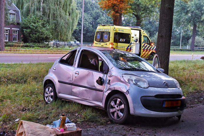 Vrouw slaat met auto over de kop op N65 bij Oisterwijk.