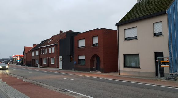 De woning (tweede van rechts) werd verzegeld door de politie.