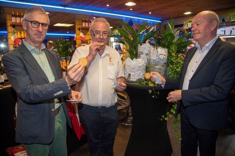 Burgemeester Dirk De Maeseneer (CD&V), Luc De Smet en gouverneur Jan Briers proeven als eerste De Barbierkoek.