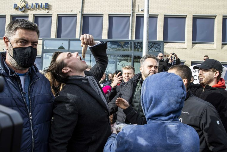 Thierry Baudet krijgt een haring aangeboden na zijn bezoek aan het politiebureau in Emmeloord.  Beeld ANP
