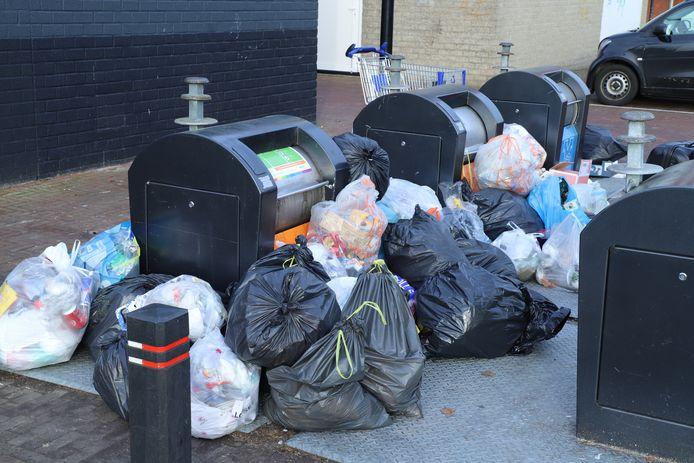 Afval buiten de containers trok veel extra dump aan.