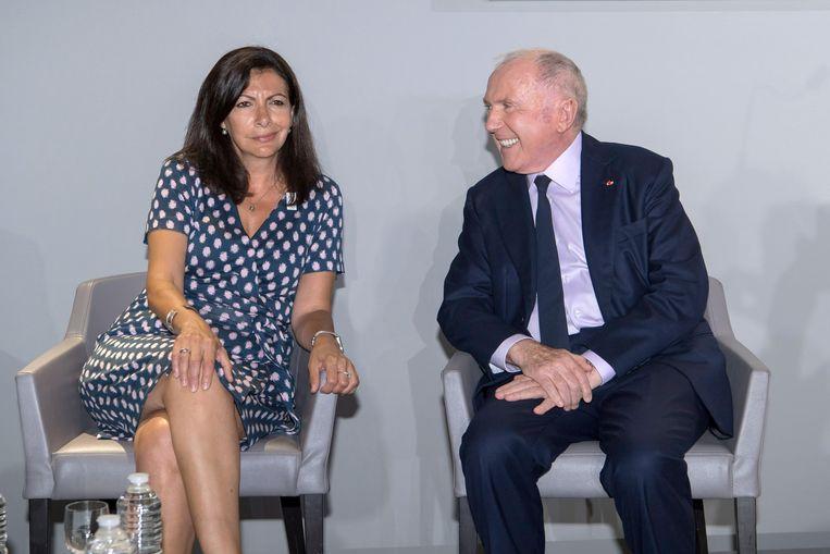 Hidalgo luistert naar de Franse biljonair François Pinault.  Beeld Luc Castel / Getty