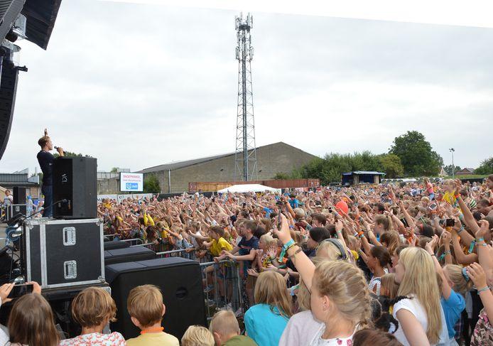Veel volk tijdens het optreden van #LikeMe op Minirock Junior in Denderhoutem twee jaar geleden.