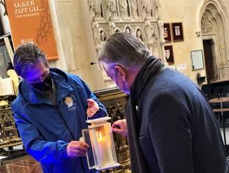 Tongerse burgemeester ontvangt Vredeslicht in basiliek