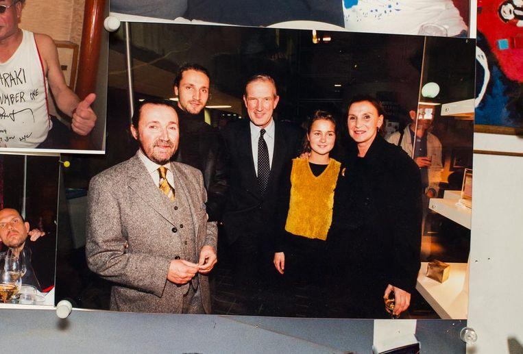 Toenmalig burgemeester Schelto Patijn geflankeerd door de familie Daniels Beeld Mats van Soolingen