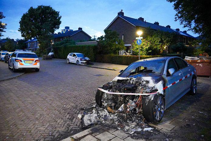 Twee auto's in deze straat in Arnhem vielen ten prooi aan brandstichters.