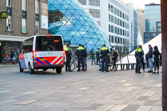 Ook de ME arriveert in Eindhoven om eventuele rellen te voorkomen.