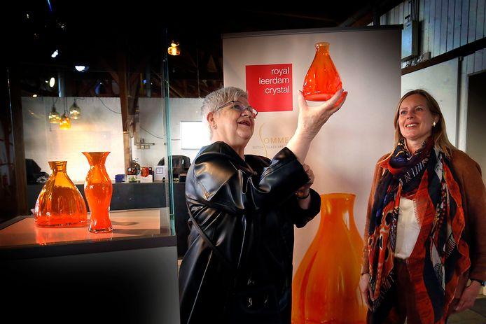 Anita Florijn (links) bewondert het Oranjevaasje.